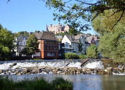 Blick über das Weidenhäuser Wehr Richtung Schloss