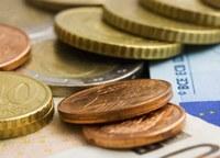 Einige Euro-Münzen über einem Geldschein