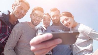 Fünf Studierende nehmen ein Selfie.
