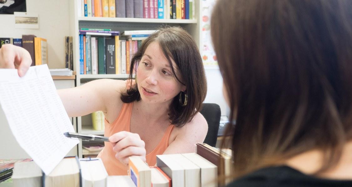 Theresa Roth im Gespräch mit einer Studentin