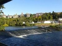 Blick über den Fluss auf die Stadt Cork