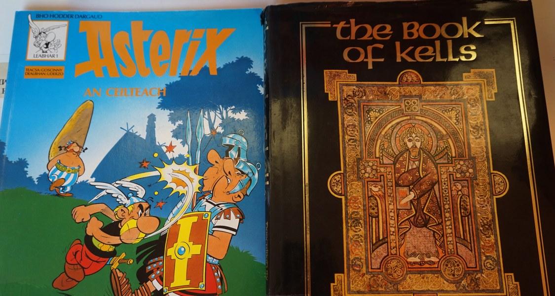 """Abbildung des Comic """"Asterix an Ceilteach"""" neben dem """"Book of Kells"""""""