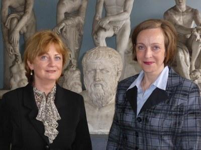 Platon im Zentrum (von links): Die Altphilologin Professorin Dr. Sabine Föllinger und die Wirtschaftswissenschaftlerin Professorin Dr. Evelyn Korn erforschen antike Theorien über Ökonomie.