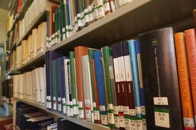 Regalreihe in der Bibliothek
