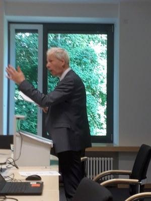 S.E. Botschafter Stéphane Dion redet mit erklärender Geste