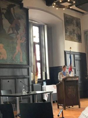 Carmen Birkle am Rednerpult im historischen Rathaussaal von Marburg