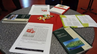 Die neuesten Publikationen des MZKS auf einem Tisch ausgelegt
