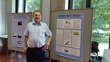 Martin Kuester neben einem Poster mit Informationen zum MZKS