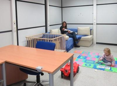 Eltern-Kind-Zimmer mit Mutter und zwei Kindern