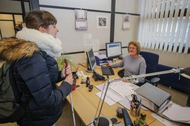 Blick in das Prüfungsbüro mit Studentin