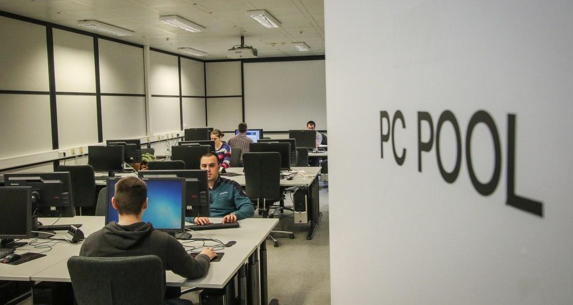 Blick in den PC-Pool A4 mit Studierenden durch die geöffente Tür