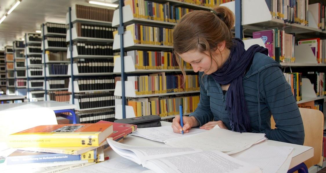 Studentin in der Bereichsbibliothek Mathematik und Informatik