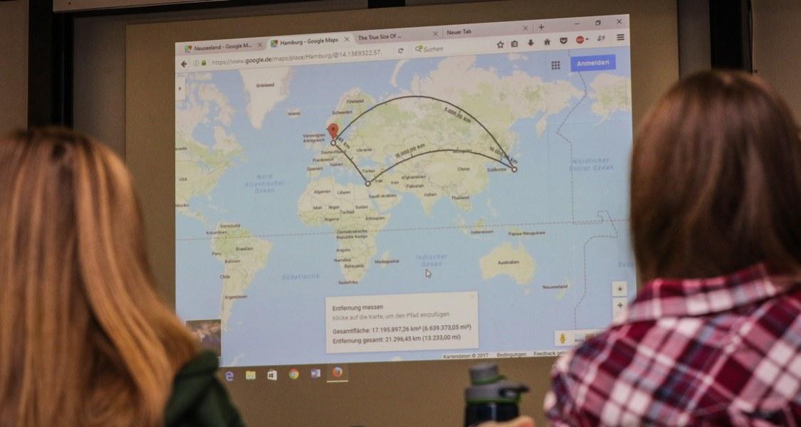 Modellseminar mit einer Weltkarte