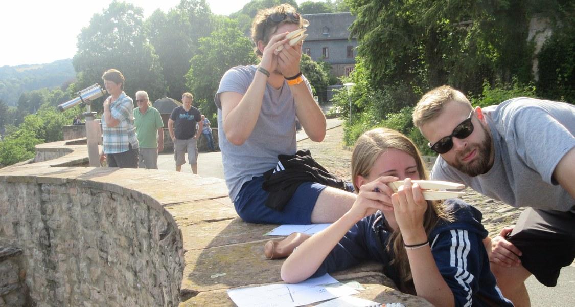 Schüler*innen bei der Mathematische Stadtführung auf dem Landgrafenschloss