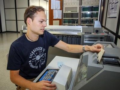 Student benutzt Lochkartenrechner