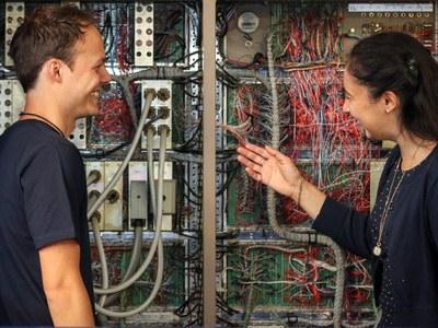 Professorin Agricola und Student betrachten alten Datenspeicher