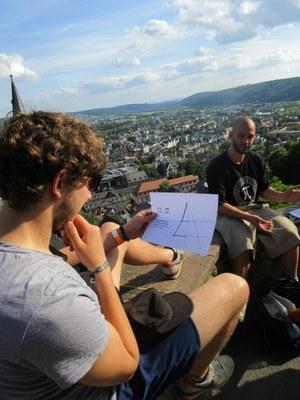 Mathematische Stadtführung. Studenten blicken über Marburg