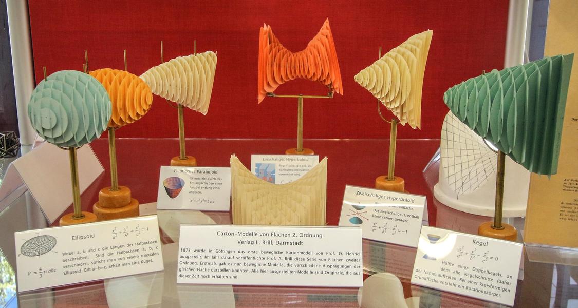 Vitrine mit Papiermodellen von Flächen zweiter Ordnung