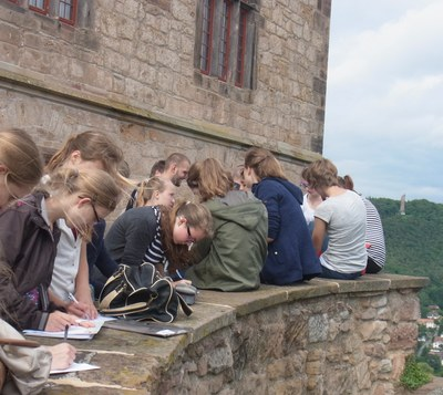 Mathematische Stadtführung. Schüler auf der Mauer des Marburger Schlosses.