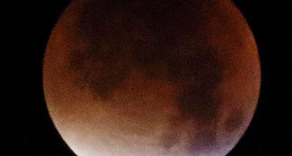Mondfinsternis vom 28. September 2015, kurz vor Erreichen der totalen Finsternis