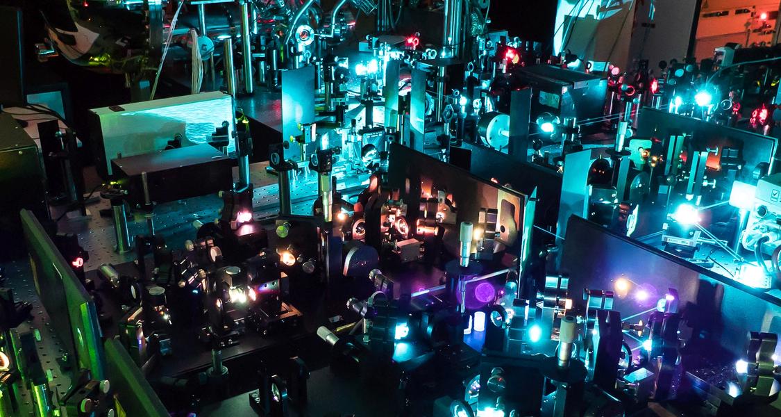 Ultrakurzzeit-Lasersystem, das für die Messung der Elektronendynamik verwendet wurde. Es liefert kurze, hochenergetische Laserimpulse. Die Farbe des Anregungsimpulses lässt sich fast beliebig einstellen. Dadurch können Elektronentransferprozesse gezielt initiiert werden.