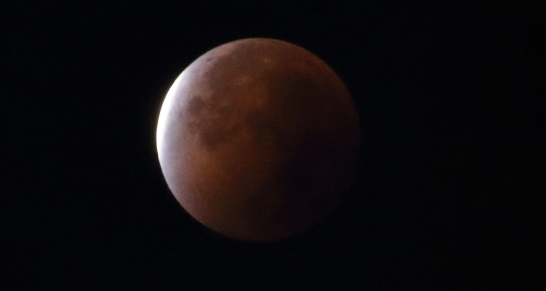 Mondfinsternis vom 28. September 2015, kurz nach Ende der totalen Finsternis