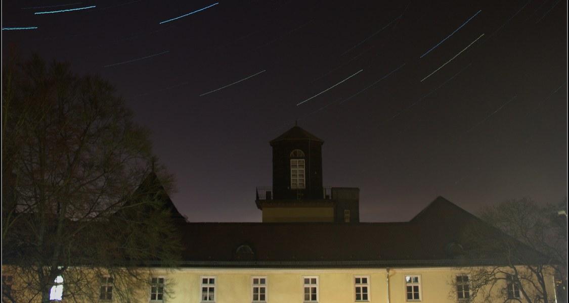Gerling-Sternwarte mit Sternstrichspuren im Hintergrund