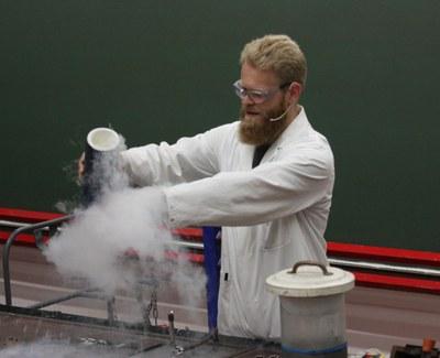 Dr. Frank Tambornino - Experimente mit flüssigem Stickstoff