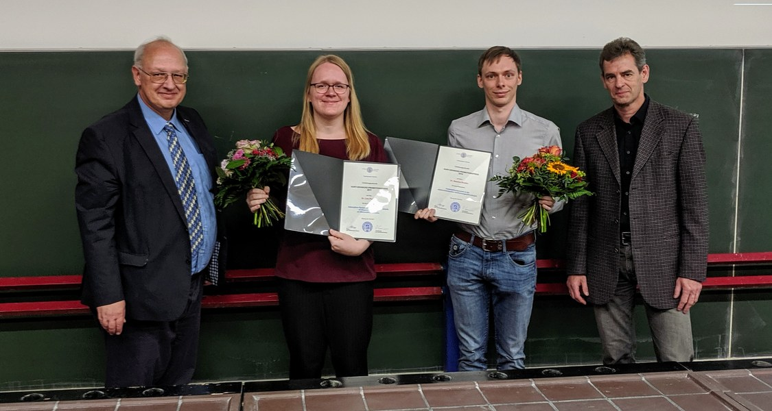 Dekan Prof. Nobert Hampp (l.) und Prof. Peter Graumann (r.), der Vorsitzende des Vergabekomitees, gratulieren Dr. Lisa Pecher (2.v.l.) und Dr. Stephan Bradler (2.v.r.) zu dieser Auszeichnung sehr herzlich. Es fehlt Dr. Niels Lichtenberger.