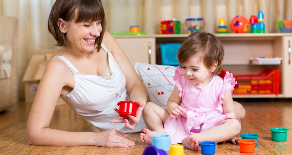 Mutter und Kind, die miteinander spielen