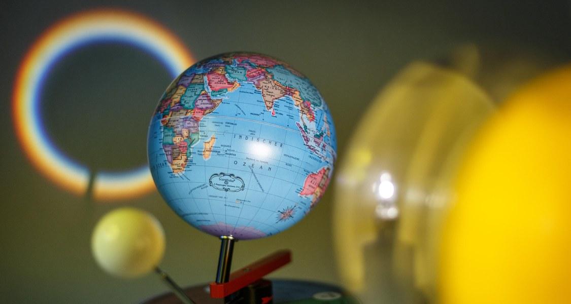 Modell von Erde und Sonne
