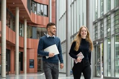 Studierende in der neuen UB