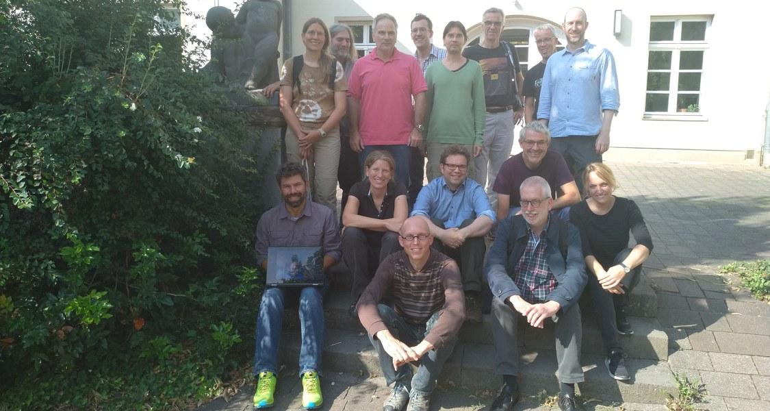 Gruppenfoto des Projektteams vor Gebäude.