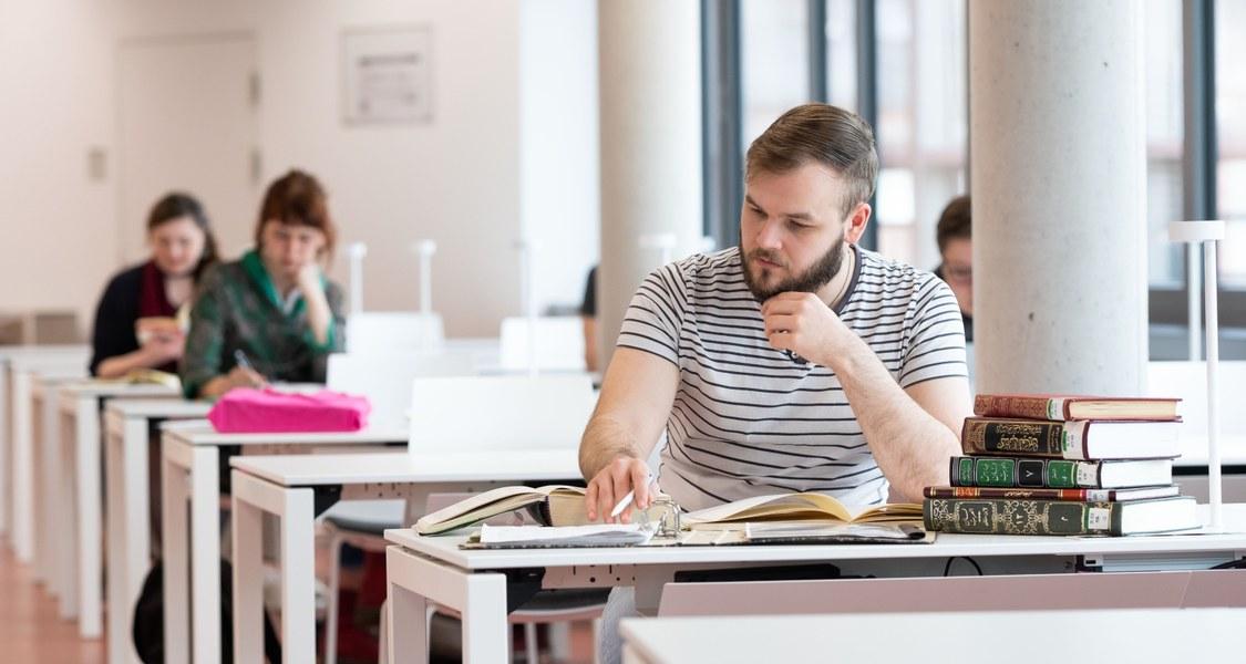 Studierende lernen in der neuen UB