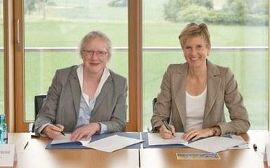 Unterzeichung des Koopverationsvertrages v. l. n. r.:Prof. Dr. Katharina Krause, Susanne Klatten