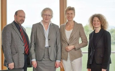Unterzeichung des Koopverationsvertrages v. l. n. r.: Christian Kammler, Prof. Dr. Katharina Krause, Susanne Klatten, Friederike Schönhuth