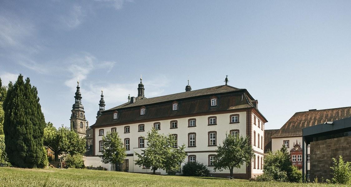 Auf dem Bild ist die Theologische Fakultät Fulda zu erkennen.