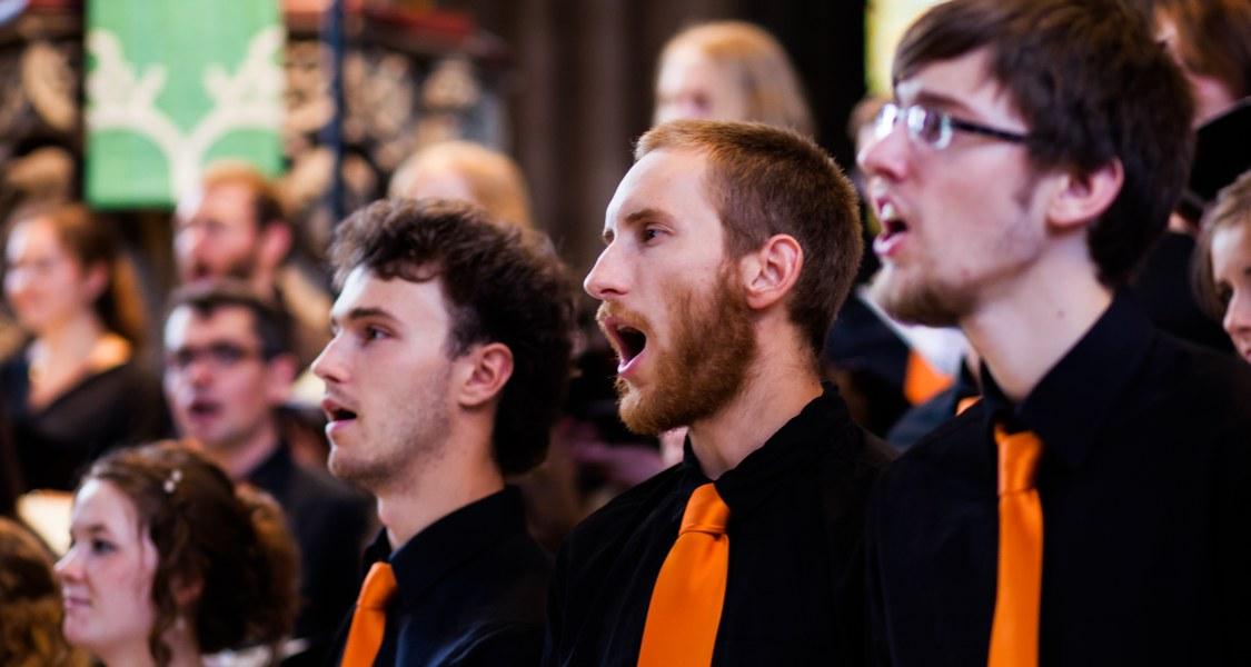 Singende Männer im Unichor