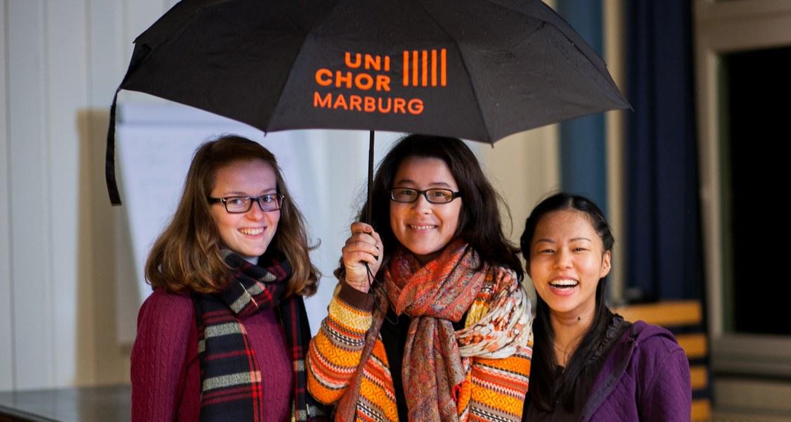 Unichor-Mitglieder mit Regenschirm