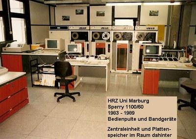 Sperry 1100/60 im Jahre 1983: Bedienpulte und Bandgeräte; Zentraleinheit und Plattenspeicher im Raum dahinter