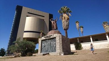 Genocide Memorial vor dem Hintergrund des Independence Memorial Museum und der Alten Feste in Windhoek
