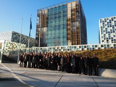 Gruppenfoto vor dem Gebäude des ICC
