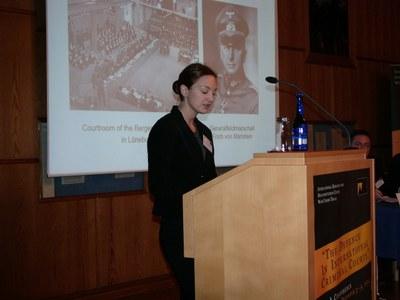 Margaretha Bauer von der Universität Augsburg berichtet über die Verteidigung in britischen Kriegsverbrecherprozessen 1945-1949