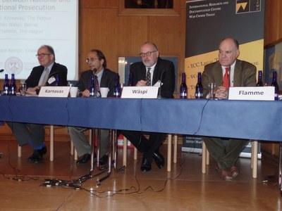 Die Teilnehmer des 5. Panels (The Defence between National and International Prosecution) (v.l.n.r.): Chair Eberhard Kempf, Michael G. Karnavas, Stefan Wäspi und Jean Flamme