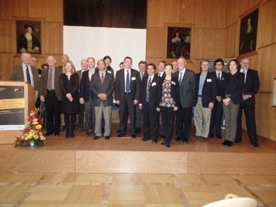 Gruppenfoto der Teilnehmerinnen und Teilnehmer der Konferenz im Landgrafensaal des Staatsarchivs