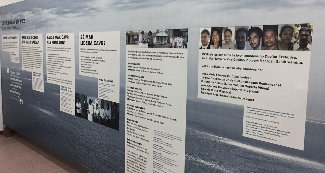 Tafel zur Wahrheitskommission in Timor Leste aus der Ausstellung von Chega in Dili