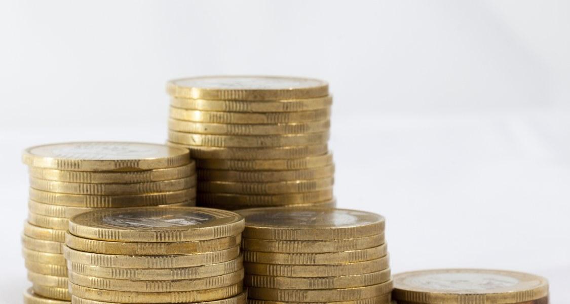 Nahansicht von einem Haufen Euromünzen