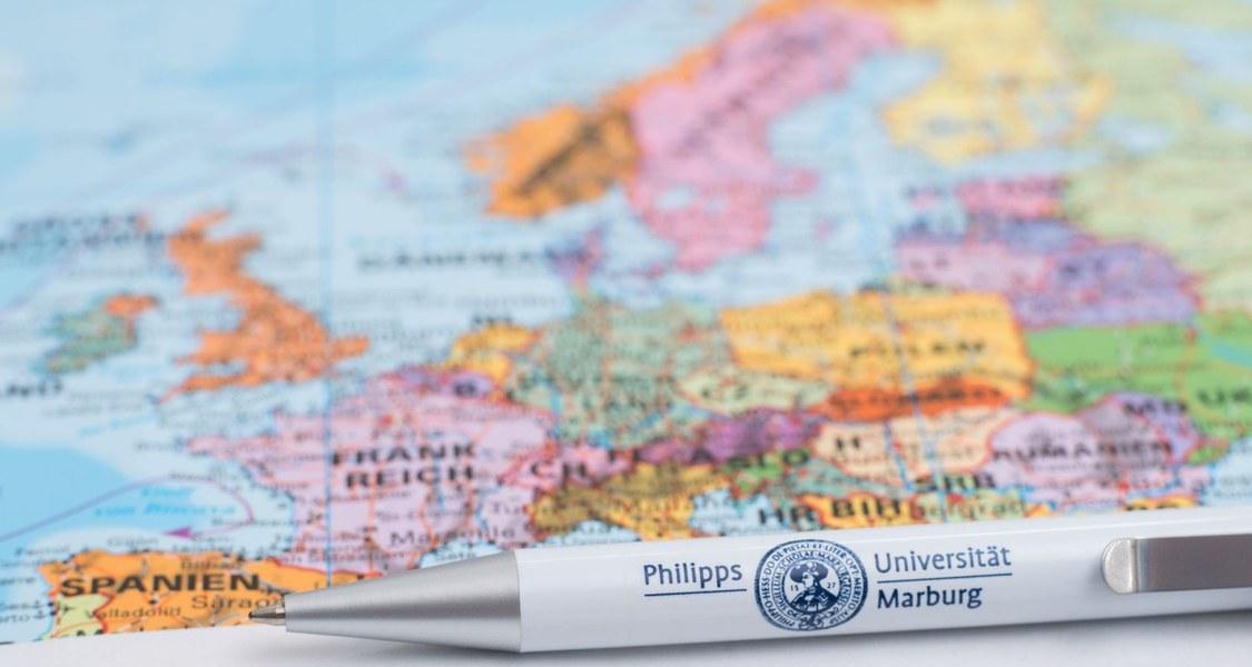 Karte von Europa mit einem Stift der Universität