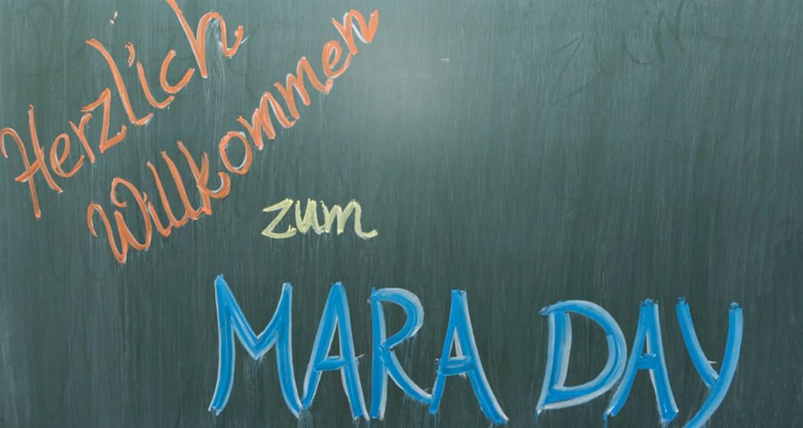 """Auf einer Tafel steht """"Herzlich Willkommen zum MARA DAY"""""""