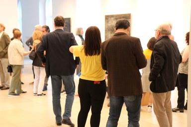 Gespanntes Warten der Museumsbesucher auf die Ausstellungseröffnung im Foyer des Kunstmuseums.